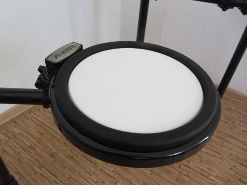 """Малый барабан делали """"под Ямаху"""", но на деле белый """"пластик"""" является обычной резинкой."""