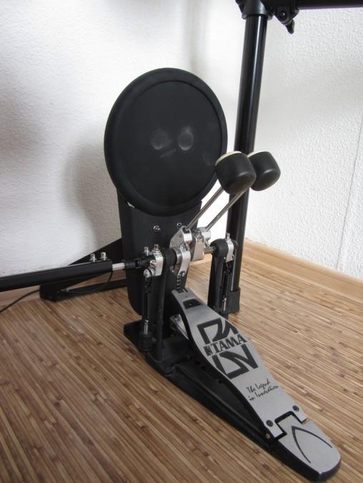 Пэд бас-барабана жестковат и шумноват, но его размеры позволяют без проблем работать с карданом.