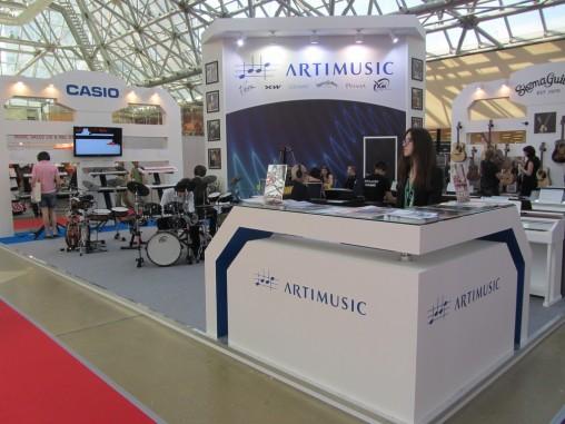 Знакомый стенд ArtiMusic с электронными ударными установками XM-World