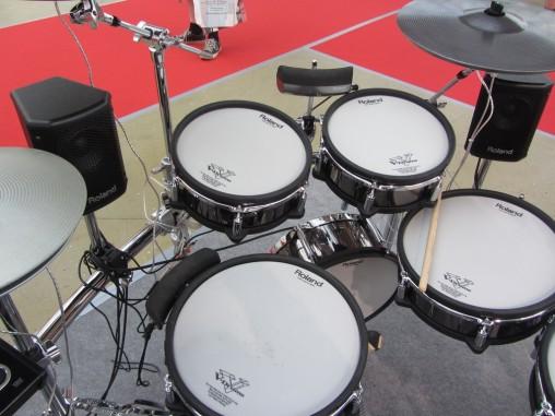 Roland BT-1 можно разместить как отдельно, так и прикрепить к ободу барабана.