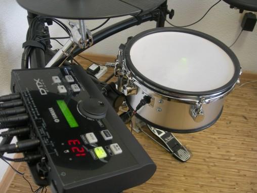 """Совместно Yamaha DTX500 в качестве малого барабана пэд """"завелся"""" как однозонный."""