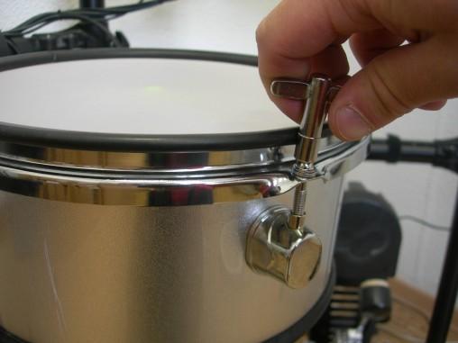 Натяжение пластика регулируется как на настоящем барабане.