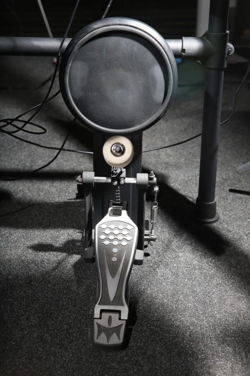 "Пэд бас-барабана надежно закреплен на полу за счет ""когтей"" и липучек."