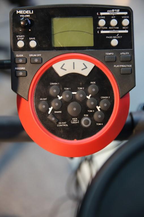 Модуль DD512 получил большой ЖК-дисплей, новые банки звуков, функцию записи