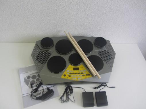 В комплекте с DD309: педали, блок питания, палочки и инструкция.