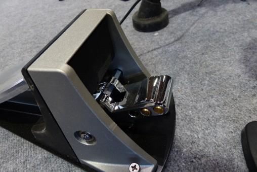 Roland KD-10 можно регулировать пружину и грузики.