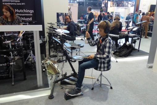 Юные барабанщики выглядет тут вполне органично! :-)