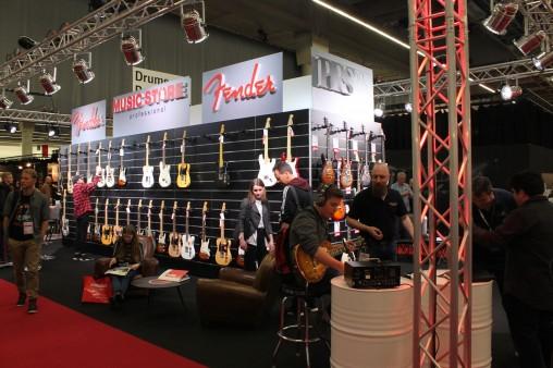 Павильон с гитарами. Гитары, много гитар