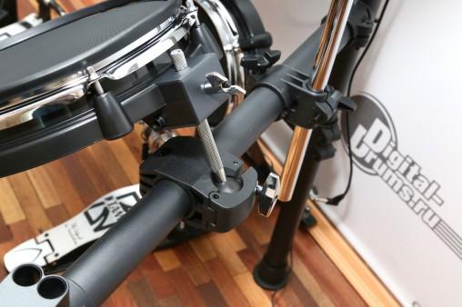 Пэды барабанов Medeli DD638DX крепятся шарнирными держателями.
