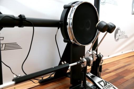 Пэд бас-барабана тихий, но требует предварительной настройки, чтобы исключить ложные двойные удары.