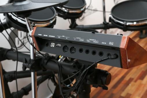 К модулю можно подключить флешку и два дополнительных пэда.